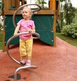 Kleines Mädchen, das im Spielplatz spielt Lizenzfreies Stockfoto
