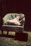 Kleines Mädchen, das im Stuhl schläft Stockfoto