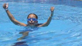 Kleines Mädchen, das im Swimmingpool spielt stock video footage