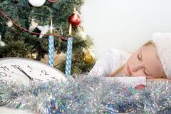 Kleines Mädchen, das im Weihnachten schläft Lizenzfreies Stockfoto
