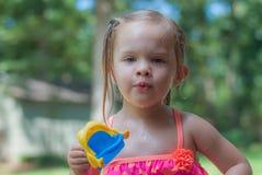 Kleines Mädchen, das im Yard spielt Lizenzfreies Stockbild