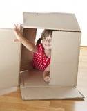 Kleines Mädchen, das inneren Kasten spielt Lizenzfreies Stockfoto