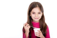 Kleines Mädchen, das Joghurt isst Lizenzfreie Stockfotografie