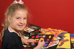 Kleines Mädchen, das Künste u. Fertigkeit tut Stockbild