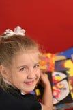 Kleines Mädchen, das Künste u. Fertigkeit tut Stockbilder