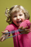 Kleines Mädchen, das Katzeaufnahmevorrichtungsspiel spielt lizenzfreies stockbild