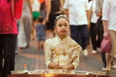 Kleines Mädchen, das Khim-Musical palying ist Stockfotografie