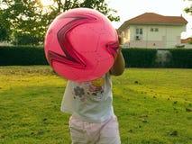 Kleines Mädchen, das Kugel spielt Stockfoto