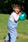 Kleines Mädchen, das Kugel spielt lizenzfreie stockfotos