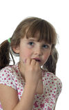 Kleines Mädchen, das Lippenglanz anwendet stockbilder