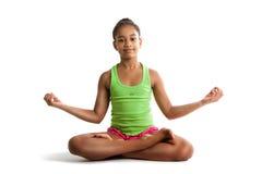 Kleines Mädchen, das in Lotussitz sitzen und Hände oben lokalisiert auf weißem Hintergrund Stockbilder