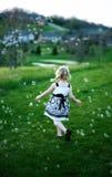 Kleines Mädchen, das Luftblasen jagt Stockbild