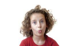 Kleines Mädchen, das lustiges Gesicht bildet Lizenzfreies Stockbild