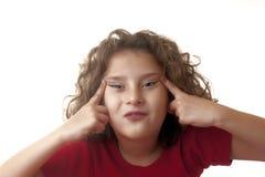 Kleines Mädchen, das lustiges Gesicht bildet Stockfoto