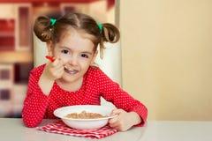 Kleines Mädchen, das Mahlzeit isst Kindergesunder Lebensmittelhintergrund Stockfoto