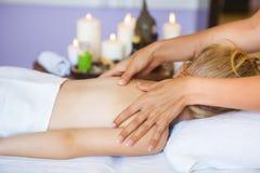Kleines Mädchen, das Massage empfängt Lizenzfreies Stockfoto