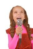 Kleines Mädchen, das in Mikrofon singt Lizenzfreie Stockbilder