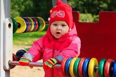 Kleines Mädchen, das mit Abakus auf Spielplatz spielt Stockbild