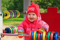 Kleines Mädchen, das mit Abakus auf Spielplatz spielt Lizenzfreie Stockfotografie