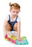 Kleines Mädchen, das mit Aufbaublöcken spielt Lizenzfreie Stockfotografie