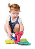 Kleines Mädchen, das mit Aufbaublöcken spielt Lizenzfreies Stockbild