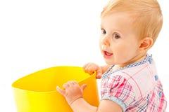 Kleines Mädchen, das mit Bausteinen spielt Stockfotos
