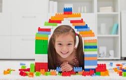 Kleines Mädchen, das mit Blöcken spielt lizenzfreies stockfoto