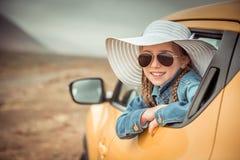 Kleines Mädchen, das mit dem Auto reist Stockbild