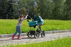 Kleines Mädchen, das mit dem Spaziergänger allein geht Lizenzfreie Stockbilder