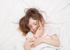 Kleines Mädchen, das mit dem verwirrten Haar schläft Lizenzfreies Stockfoto