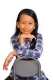 Kleines Mädchen, das mit der Hand unter Chin lächelt Stockbild