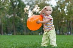 Kleines Mädchen, das mit einem Ballon spielt Lizenzfreie Stockfotos