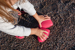 Kleines Mädchen, das mit einem roten Plastikherzen spielt sie hält es in ihren Händen stockfotos
