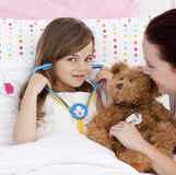 Kleines Mädchen, das mit einem Stethoskop spielt Lizenzfreie Stockfotografie