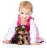 Kleines Mädchen, das mit einem Welpen spielt und kriecht Auf Weiß Stockfotos