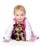 Kleines Mädchen, das mit einem Welpen spielt und kriecht Lokalisiert auf Weiß Stockfoto