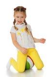 Kleines Mädchen, das mit einer Kugel spielt Lizenzfreie Stockfotografie