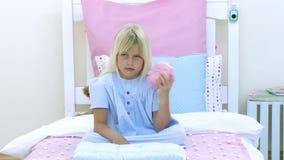 Kleines Mädchen, das mit einer piggy Querneigung spielt stock footage