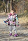 Kleines Mädchen, das mit einer Schaufel gräbt den Boden im autu spielt Stockfoto