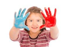 Kleines Mädchen, das mit Farbe spielt Lizenzfreies Stockfoto