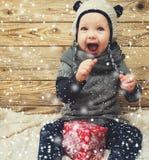 Kleines Mädchen, das mit Geschenkbox lächelt Lizenzfreie Stockfotos