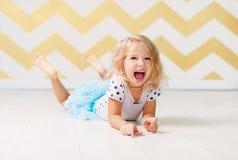Kleines Mädchen, das mit Glück schreit Stockfotos