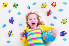 Kleines Mädchen, das mit hölzernem Flugzeug spielt Lizenzfreies Stockbild