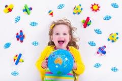 Kleines Mädchen, das mit hölzernem Flugzeug spielt Stockbilder