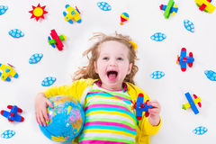 Kleines Mädchen, das mit hölzernem Flugzeug spielt Lizenzfreie Stockfotografie