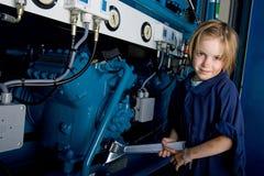 Kleines Mädchen, das mit Hilfsmitteln arbeitet Lizenzfreies Stockbild