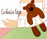 Kleines Mädchen, das mit ihrem Teddybären sitzt Stockfotos