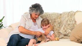Kleines Mädchen, das mit ihrer Großmutter strickt stock video