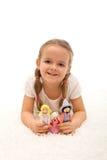 Kleines Mädchen, das mit ihrer Marionettenfamilie spielt lizenzfreie stockfotografie