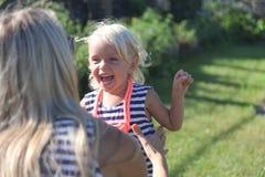 Kleines Mädchen, das mit ihrer Mutter spielt Lizenzfreie Stockbilder